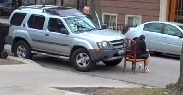 Aγενής οδηγός διπλοπαρκάρει μπροστά από εκκλησία. Τότε, ο γείτονας αποφάσισε να του δώσει ένα αξέχαστο μάθημα