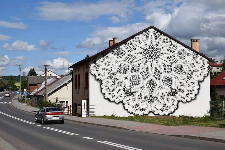 Exquisito mural de encaje de bolillos da un toque delicado a una fachada en blanco