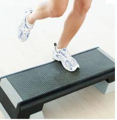 poza cum se face step aerobic
