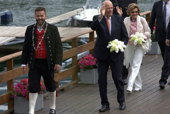 King Harald and Queen Sonja visited Jondal, Odda, Granvin, Ulvik and Askøy municipalities in Hordaland,with the Royal ship