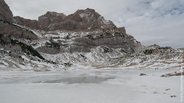 Ibón de Piedrafita congelado nieve Huesca Pirineos