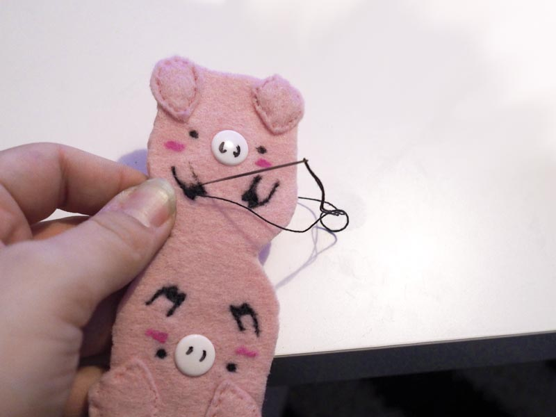 KuneCoco • DIY • Schweine-Kopfhörerhalter • bestickt