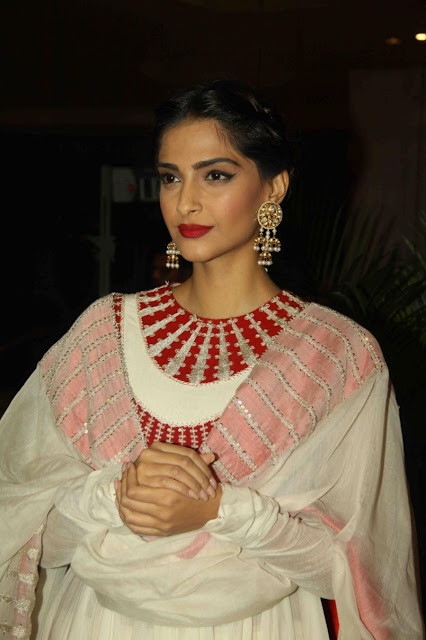 Sonam Kapoor Looks Gorgeous At Film 'Neerja' Promotions In Mumbai