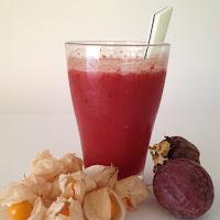 Sumo de fisális, frutos vermelhos e maracujá