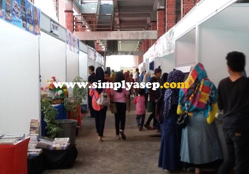 SIBUK : Diperkirakan lebih dari 2000 pengunjung perhari memadati areal Kalbar Book Fair 2016 di rumah Radank. Foto Asep Haryono