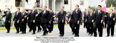 Foto de profesores de la IEP Liceo Santo Domingo en el Desfile Parada Militar 2012. Foto tomada por Jesus Gómez