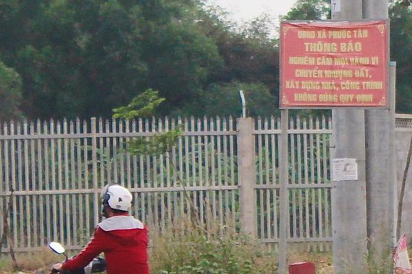 Xã Phước Tân (TP.Biên Hòa) có biển cấm mua bán, sang nhượng đất đai trái phép nhưng gần ngay đáo vẫn có công ty phân lô bán nền đất nông nghiệp