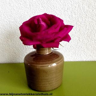 roze roos in beige vaasje