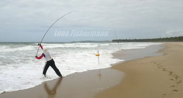 Foto de um Pescador Arremessando Vara de Pesca de Praia
