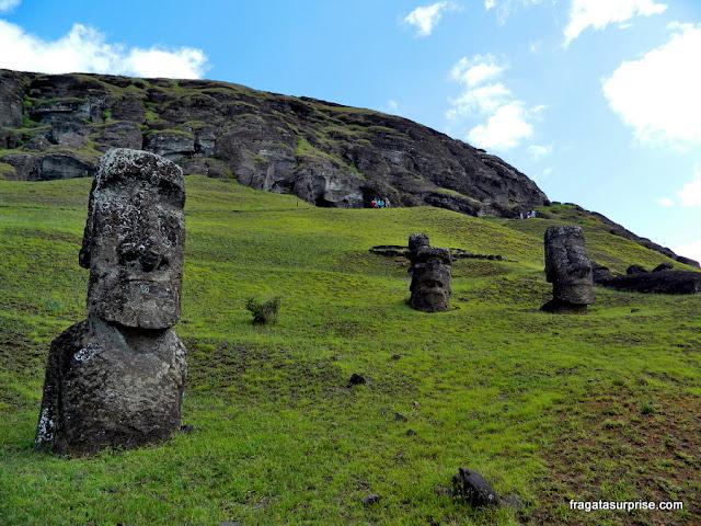 Moai, as estátuas de pedra da Ilha de Páscoa, na encosta do Vulcão Rano Raraku