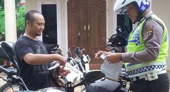 Heboh, Pengendara Motor Ini Ditilang Di Depan Rumahnya Sendiri