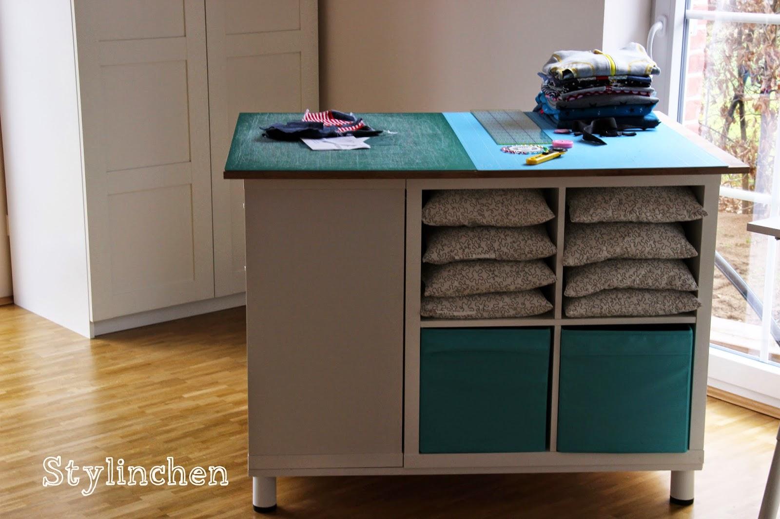 kallax mit tisch kleine stadt kallax regal fcher ikea. Black Bedroom Furniture Sets. Home Design Ideas