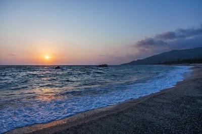 Sol de atardecer y mar de verano