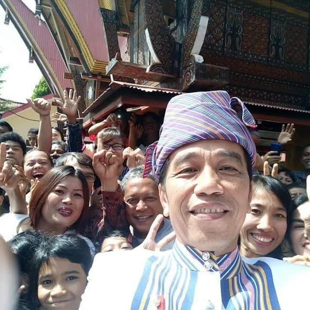 [FOTO] Gunakan Pakaian Tenun Toraja, Jokowi Selfie dengan Warga