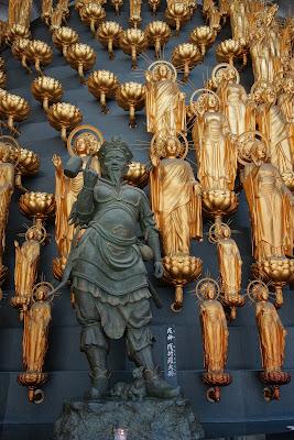入ってすぐ左におられる十二神将(じゅうにしんしょう)の伐折羅(ばさら)