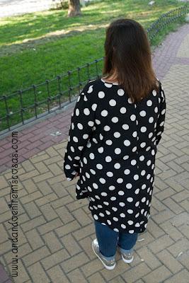 Blusa negra con lunares blancos