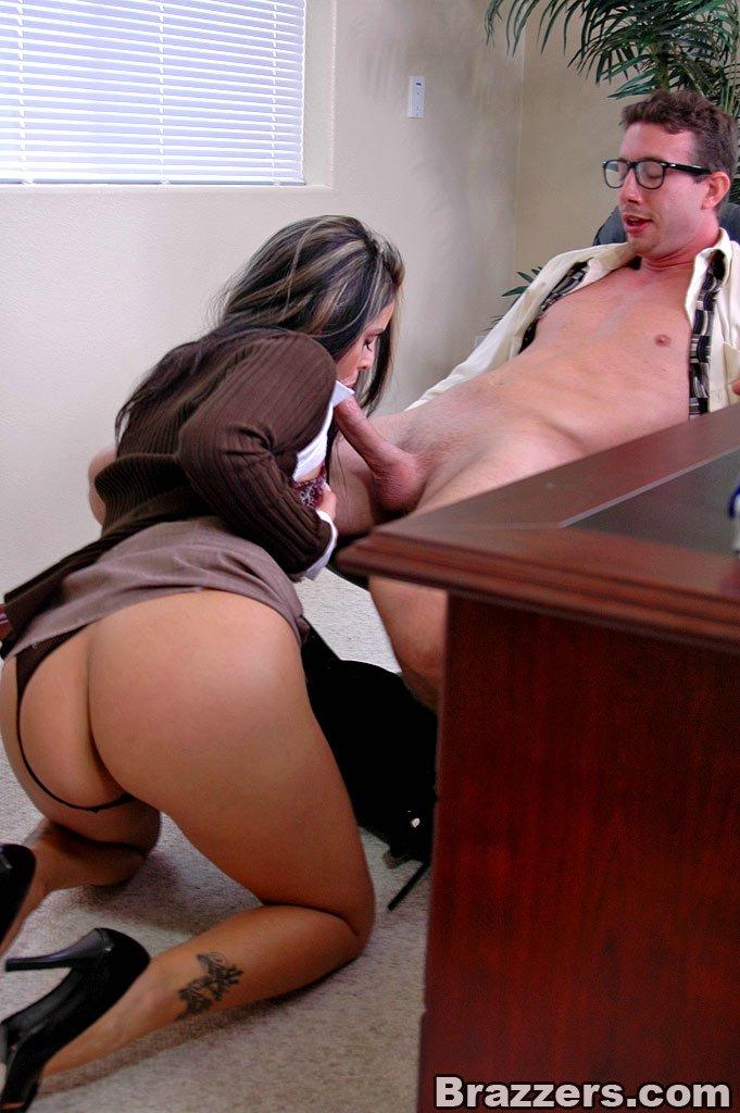 Брюнетка отсосала дрочащему мужику в офисе ретро