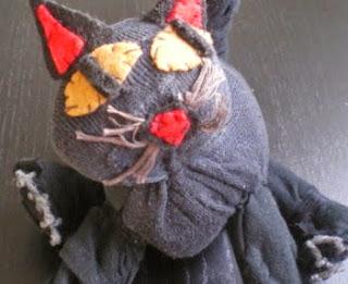 http://cartulina.es/regalos-manuales-gato-de-calcetin/
