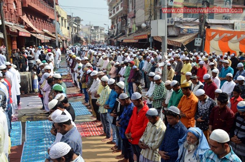 जामा मस्जिद लुधियाना में मुस्लिम भाईचारे के लोग ईद की नमाज अदा करते हुए