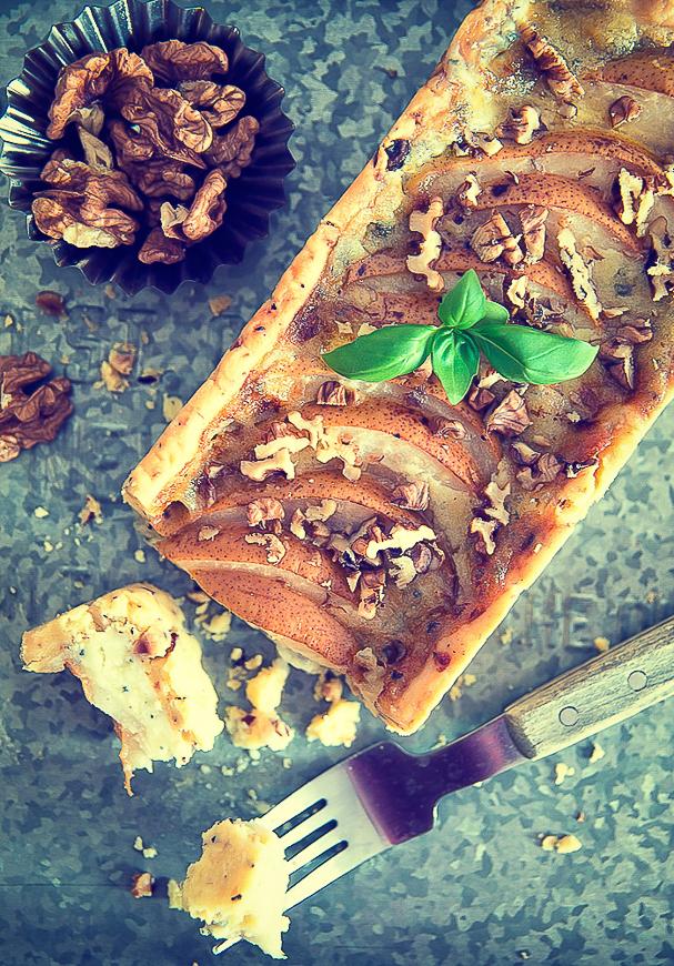 Tarta z serem pleśniowym i gruszkami, na orzechowym spodzie
