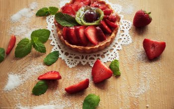Wallpaper: Strawberries & kiwi cake