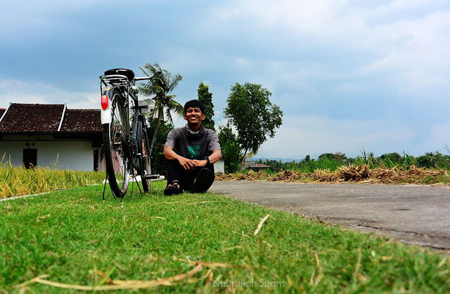 Bersepeda di jalanan Desa Wisata Kebonagung Imogiri, Bantul