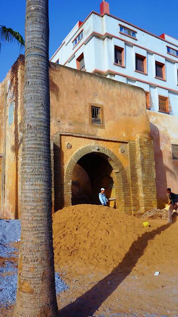 Изображение фрагмента старинного строения в Касабланке