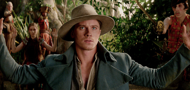 Căpitanul Hook (Garrett Hedlund) în filmul Pan