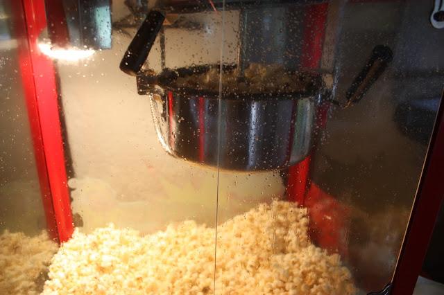 Popcorn-Wagen - Großes Kino - Hochzeit im Riessersee Hotel Garmisch-Partenkirchen, Bayern - Wedding in Garmisch, Bavaria  #riessersee #hochzeitshotel #Garmisch #Bavaria #Bayern #heiraten #Hochzeit #Kino-Motto #wedding venue #abroad
