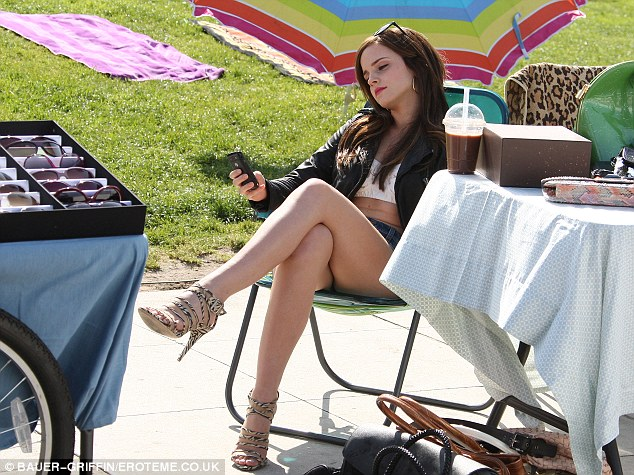 Emma Watson photos in hot shorts appear her new tatto on her lower back-Mix4M