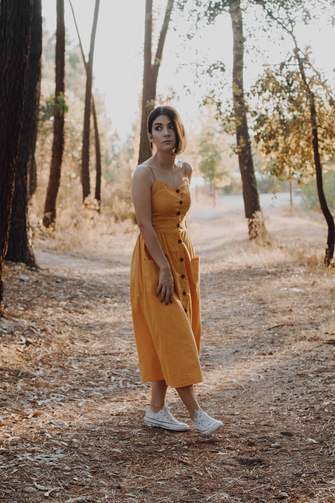 I have long yielded to yellow, but this kind of linen dress with buttons and pockets, very simple and flowy, was still in my wishlist. I went to Shein's website and there I found the perfect dress. In fact, I even found it in three different colors, but there were no doubts when I saw it in yellow.