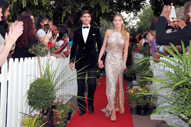 Couple arriving on the red carpet