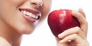 Gigi Sihat : Penampilan Yang Sempurna Gigi yang sihat bantu penampilan sempurna setiap individu yang sentiasa berurusan dengan orang ramai.    Keyakinan bermula dengan kebersihan itu memberi kekuatan dalaman kepada individu untuk memberikan penampilan yang sempurna.  4 Cara Menjaga Gigi  Kesempurnaan itu bermula dengan penjagaan mulut dan gigi secara teratur menerusi penggunaan berus dan ubat gigi yang sesuai.  6 Petua Kesihatan Gigi Makanan Manis Penyebab Kaviti Dapatkan ubat gigi yang mampu menangkis kerosakan dengan merencatkan perkembangan asid gula yang dipercayai mengancam kesihatan gigi.  9 Teknik Putihkan Gigi  Bahan flourida dan kalsium di dalamnya berupaya menguat dan mengukuhkan enamel, membantu mencegah pembentukan kaviti. Gigi Sihat : Penampilan Yang Sempurna  Panduan Kekalkan Kebersihan Mulut dan Gigi  •Menekankan senyuman menawan bukan saja daya tarikan luaran sebagaimana tuvuh dan wajah, sebaliknya gambaran kesihatan dalaman. Ia membuatkan anda berkata-kata dengan penuh keyakinan dan membantu mengukuhkan perhubungan. •Bukan hanya bergantung kepada percakapan dan topic perbualan, malah penampilan memainkan tanggapan pertama yang baik.Contohnya, anda ingin menghadiri satu temu duga kerja atau hari pertama mendaftar diri untuk pekerjaan baharu, bagaimana hari-hari anda seterusnya jika rakan sekerja mendapati anda cuai menjaga kesihatan gigi menerusi barisan gigi berwarna kuning dan berkarat. •Memberi penegasan kepada kesan kerosakan gigi yang menjejaskan rutin hidup. •Mengingatkan diri menerusi reality menempuh saat memalukan sewaktu berkomunikasi dengan gigi kuning dan nafas berbau busuk akibat tidak menjaga kesihatan gigi. •Fikirkan kesan penyakit gigi terhadap penampilan, daya kendiri dan kesihatan secara keseluruhan. •Gigi yang sihat membina keyakinan selanjutnya menjadi penyumbang besar terhadap imej, interaksi social dan semangat untuk berinteraksi dengan orang ramai. Semoga perkongsian Gigi Sihat : Penampilan Yang Sempurna dapat memberi sedikit s