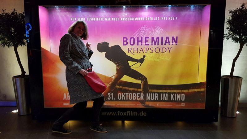Sunny vor dem Bohemian Rhapsody Filmplakat November 2018