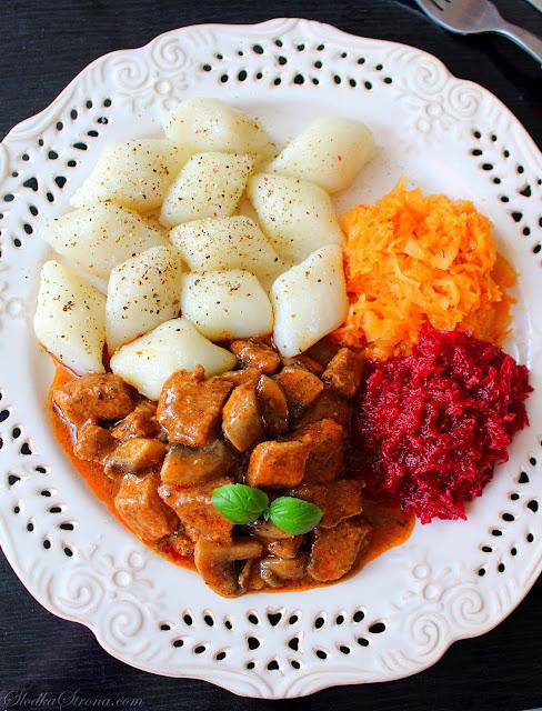 Gulasz Wieprzowy (ze Schabu) z Pieczarkami - Przepis - Słodka Strona Przepyszny gulasz wieprzowy z pieczarkami to idealny pomysł na codzienny obiad. Gulasz możemy podać jako oddzielne danie w połączeniu z gnocchi, kopytkami, kluskami śląskimi lub jako dodatek np. do placków ziemniaczanych. W każdej postaci gulasz będzie smakował wyśmienicie tworząc przepyszne i pożywne danie.    gulasz z pieczarkami  gulasz z pieczarkami i papryką  gulasz z pieczarkami i ogórkiem  gulasz z pieczarkami kwestia smaku  gulasz z pieczarkami i pomidorami  gulasz z pieczarkami i kurczakiem  gulasz z pieczarkami i marchewką  gulasz wieprzowy z pieczarkami i warzywami gulasz wieprzowy z pieczarkami i warzywami  gulasz wieprzowy z pieczarkami i papryką  gulasz wieprzowy z warzywami  gulasz wieprzowy z pieczarkami przepisy  gulasz wieprzowy z pieczarkami i marchewką  gulasz wołowy z warzywami i pieczarkami  gulasz wołowy z pieczarkami papryką i marchewką  gulasz z kurczaka z pieczarkami i marchewką gulasz wieprzowy  gulasz wieprzowy tradycyjny  gulasz wieprzowy z szynki  gulasz wieprzowy węgierski  gulasz wieprzowy z papryką  gulasz wieprzowy gessler  gulasz wieprzowy z pieczarkami  gulasz wieprzowy z warzywami gulasz wieprzowy z pieczarkami  gulasz wieprzowy z pieczarkami i papryką  gulasz wieprzowy z pieczarkami i warzywami  gulasz wieprzowy z pieczarkami i marchewką  gulasz wieprzowy z pieczarkami i papryką gessler  gulasz wieprzowy z pieczarkami i śmietaną  gulasz wieprzowy z pieczarkami kwestia smaku  gulasz wieprzowy z pieczarkami i konserwowymi ogórkami gulasz wieprzowy ze schabu  gulasz ze schabu z marchewką  gulasz ze schabu z warzywami  gulasz ze schabu z papryką  gulasz ze schabu z pieczarkami  gulasz ze schabu fit  gulasz węgierski ze schabu  gulasz ze schabu z pieczarkami i papryką Przepyszny gulasz ze schabu to idealny pomysł na codzienny obiad. Gulasz możemy podać jako oddzielne danie w połączeniu z gnocchi, kopytkami, kluskami śląskimi lub jako dodatek np. do placków ziemniacz