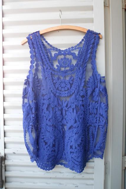 Blusa azul royal rendada tendência
