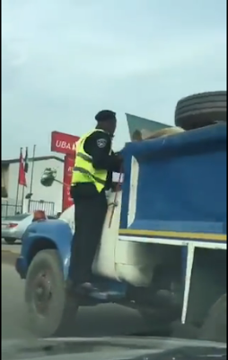 See The Moment A Trailer Hijacked A Police Officer And Refuse To Let Go (VIDEO)