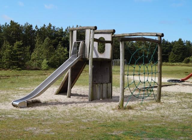 Aus unserem Dänemark-Urlaub: Wunderschöne Ausflugsziele rund um Houstrup. Teil 1: Strände, Häfen und einzigartige Natur. Hier: Spielplatz Ferienhausgebiet Houstrup.