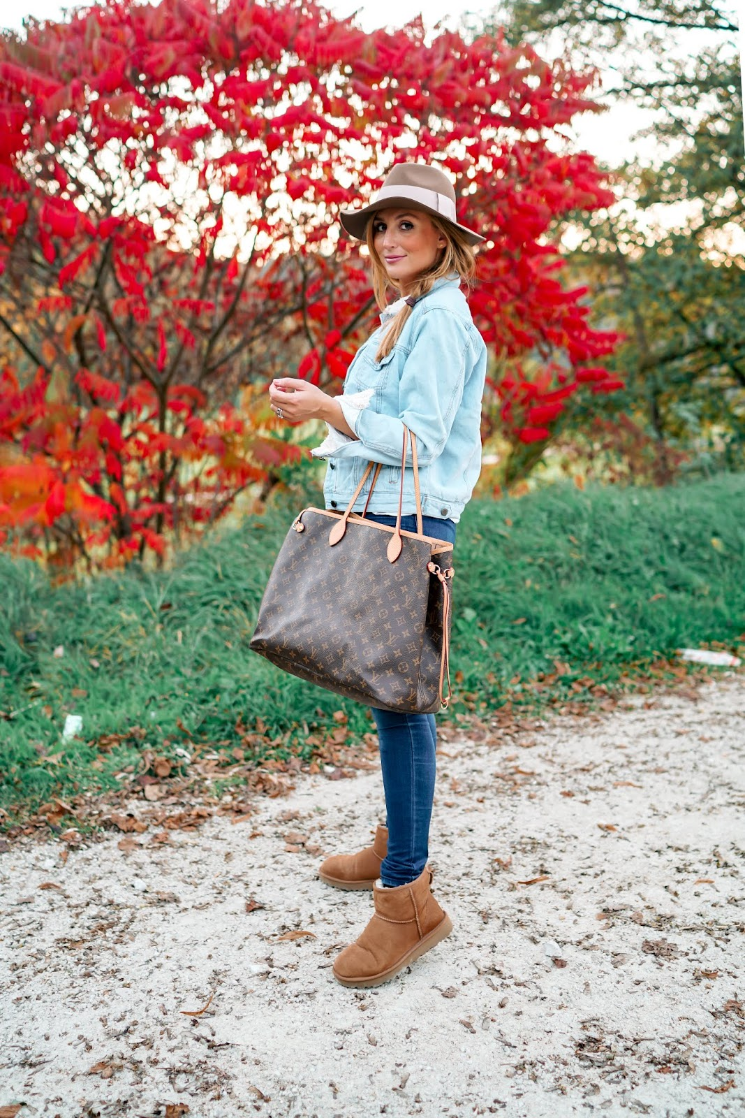 Fashionstylebyjohanna-Ugg-Boots-in-braun-Herbstoutfit-fedora-hut-filzhut-kombinieren-Louis-vuitton-tasche-neverfull-GM.