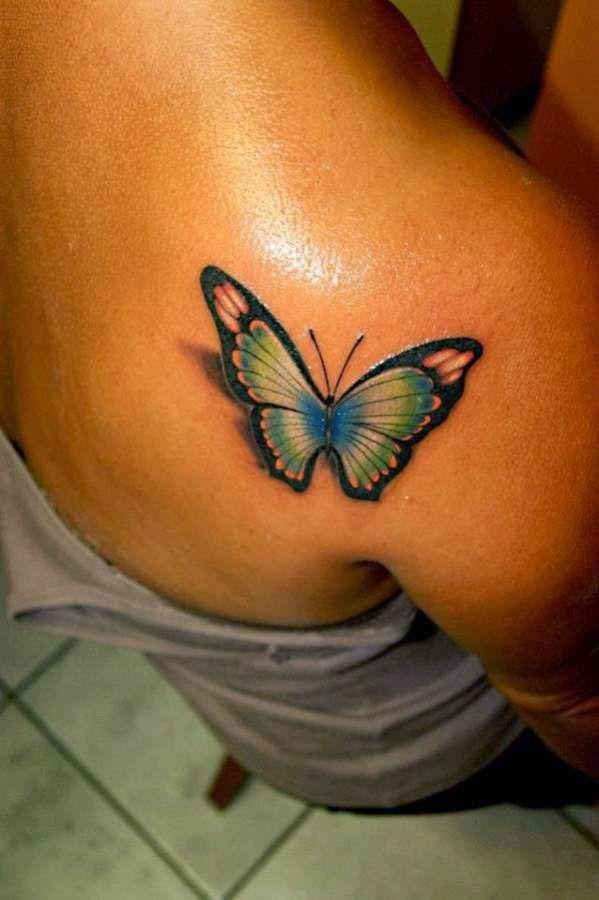 Una mujer con tatuaje de mariposa en el hombro