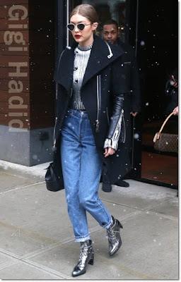 ジジ・ハディッド(Gigi Hadid)は、ルスペックス(Le Specs)のサングラス、ルドサック(Rudsak)のコート、ゾー ジョーダン(Zoe Jordan)のセーター、ヴェルサーチVersace)のバッグ、スチュアートワイツマン(Stuart Weitzman)のブーツを着用。