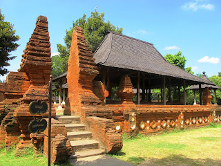 Rumah adat Kasepuhan disebut juga dengna Keraton Kasepuhan
