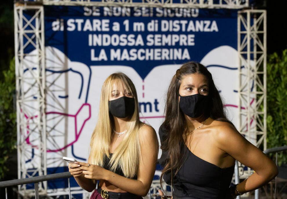 Due ragazze con la mascherina