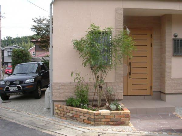 玄関周りを可愛くリフォーム~アンティークレンガの花壇~