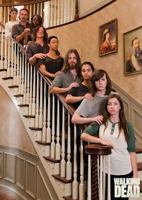 The Walking Dead: il cast in posa sulla scala del municipio di Hilltop