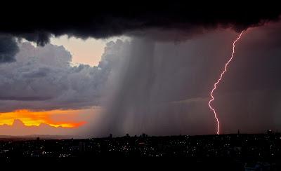 niebo, pogoda, przejaśnienia, pomarańczowy, ulewa, burza; źródło: unsplash