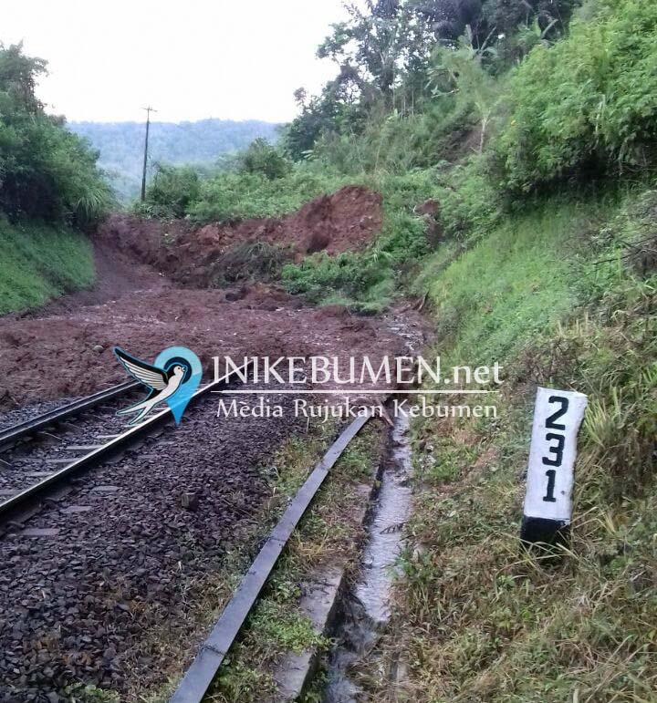 Tertimbun Longsor, Jalur Kereta Api Kroya-Bandung Putus