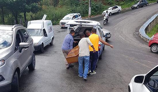 Caixão com morto despenca de carro e sai deslizando em ladeira de Salvador