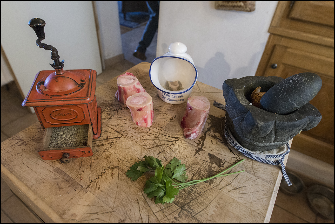 3kg sous terre direction cuisine. Black Bedroom Furniture Sets. Home Design Ideas