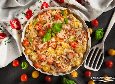 Zapiekany makaron z kurczakiem, mozzarellą, pomidorami i bazylią